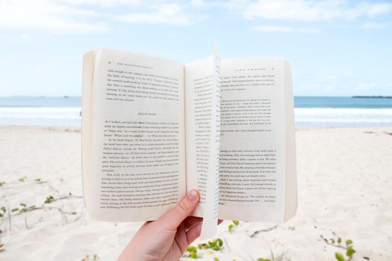 activité relaxante plage - lire un livre
