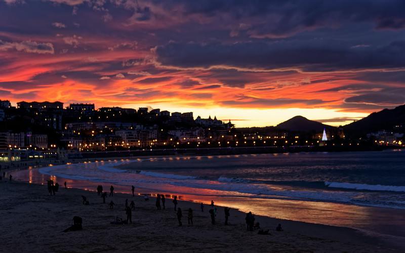 côte de san sebastian en espagne éclairage de nuit