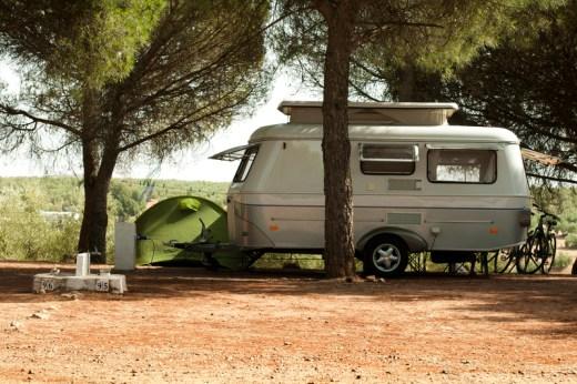 camping car voyage en europe - caravane sour les arbres