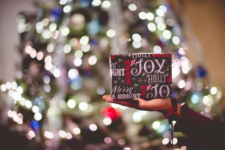cadeau de noël décoration illumination et papier cadeau vacances de noël confinement