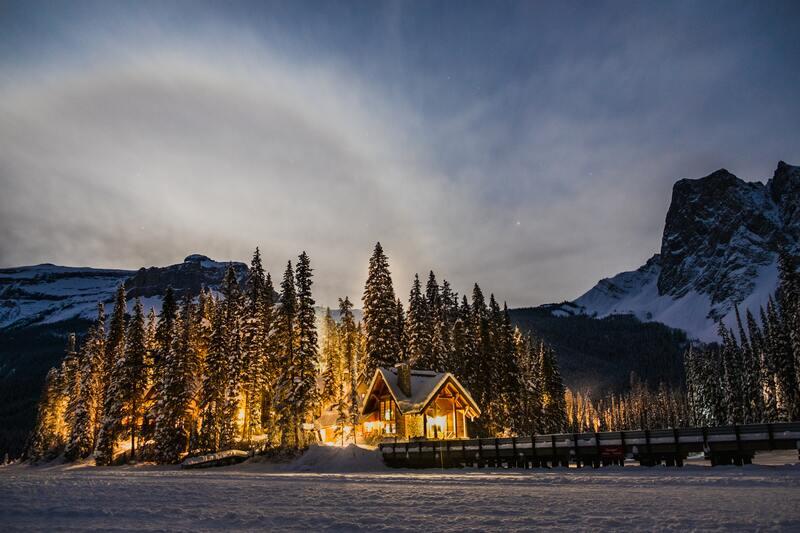 logement ski chalet dans la neige montagne hiver