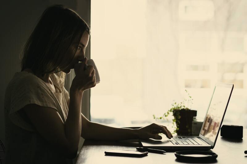 télétravail femme café ordinateur travail maison reconfinement 2020