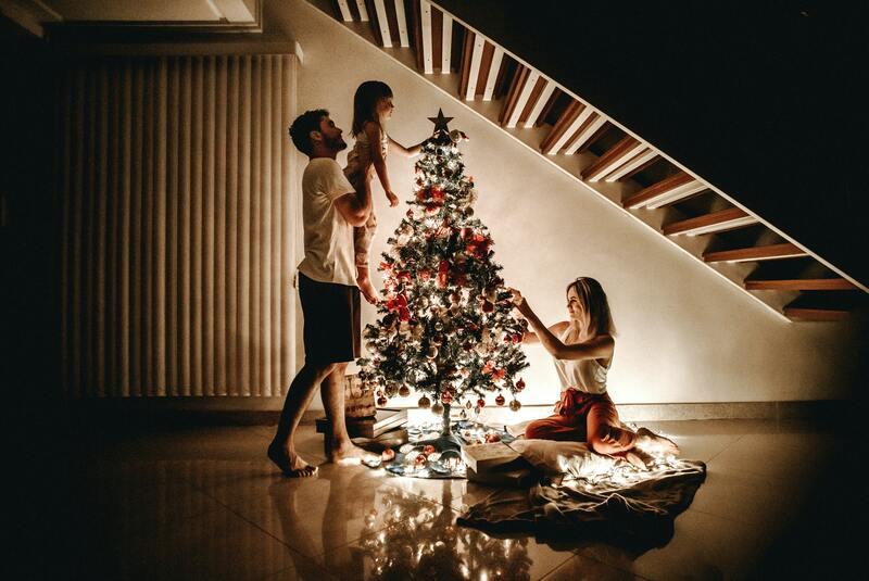 noël en famille sapin de noël cadeau parents enfant et lumière