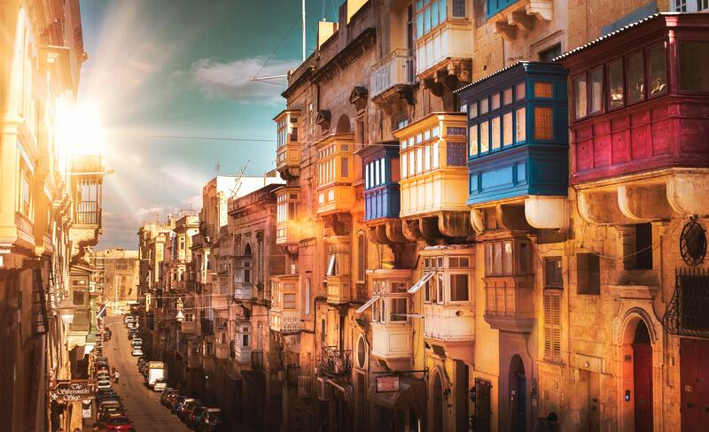 Valetta Malte illuminée soleil et rue balcon coloré