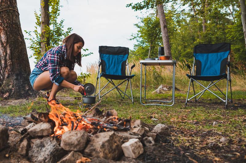 camping sauvage - cuisine nature au bord du feu