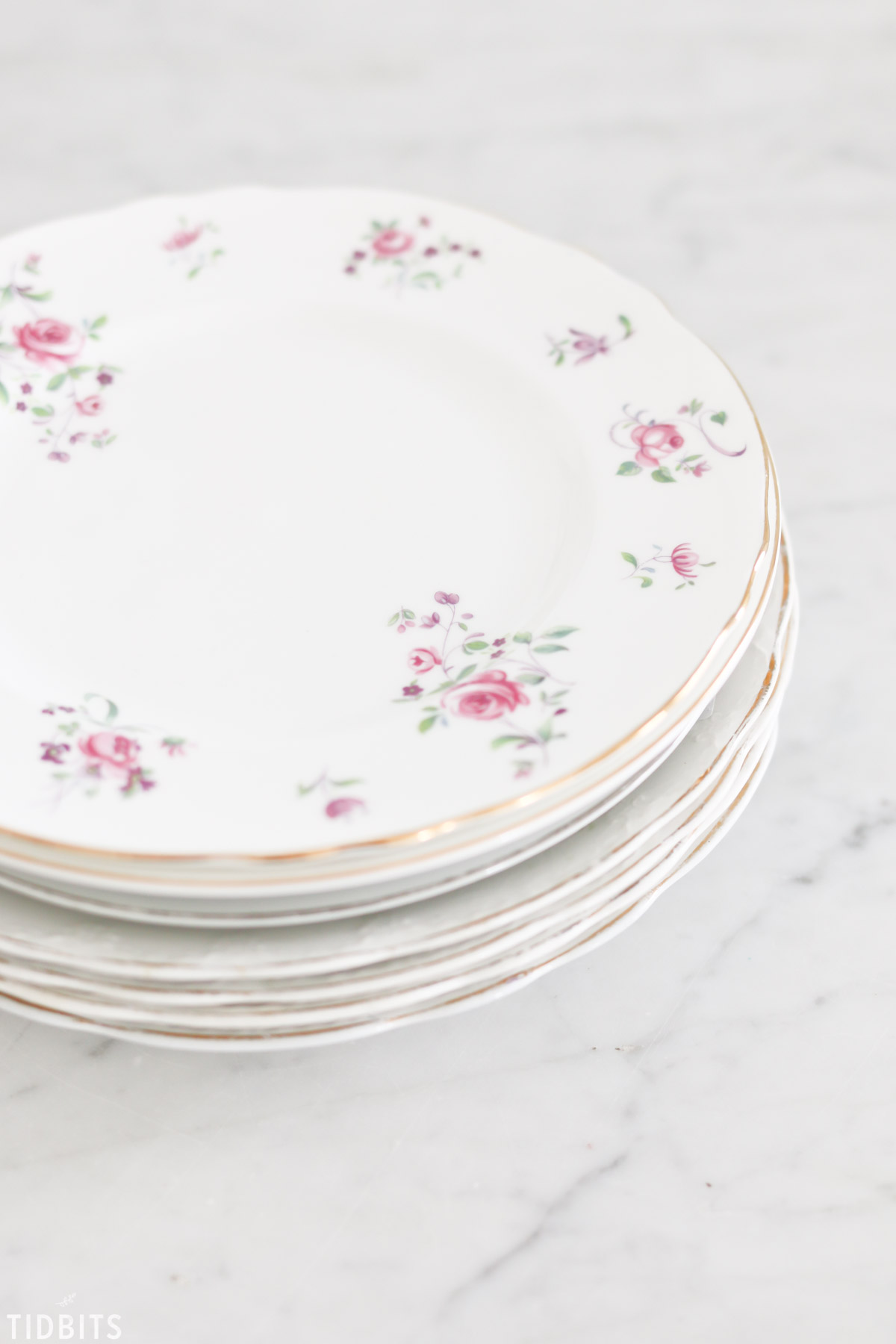 How to hang plates on a wall, by TIDBITS.