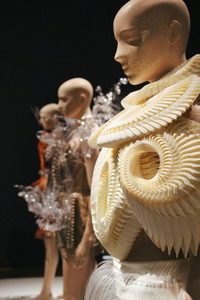 iris-van-herpen-transforming-fashion-5a