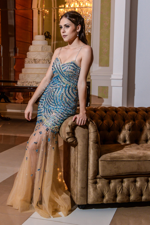 100 - Vestido de tule nude bordado em pedraria azul
