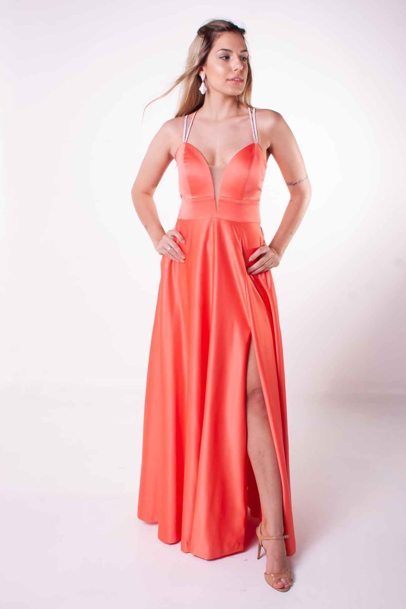 23 - Vestido coral com fenda e detalhe nas costas