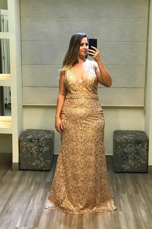 44 - Vestido dourado de renda e pedraria com decote V