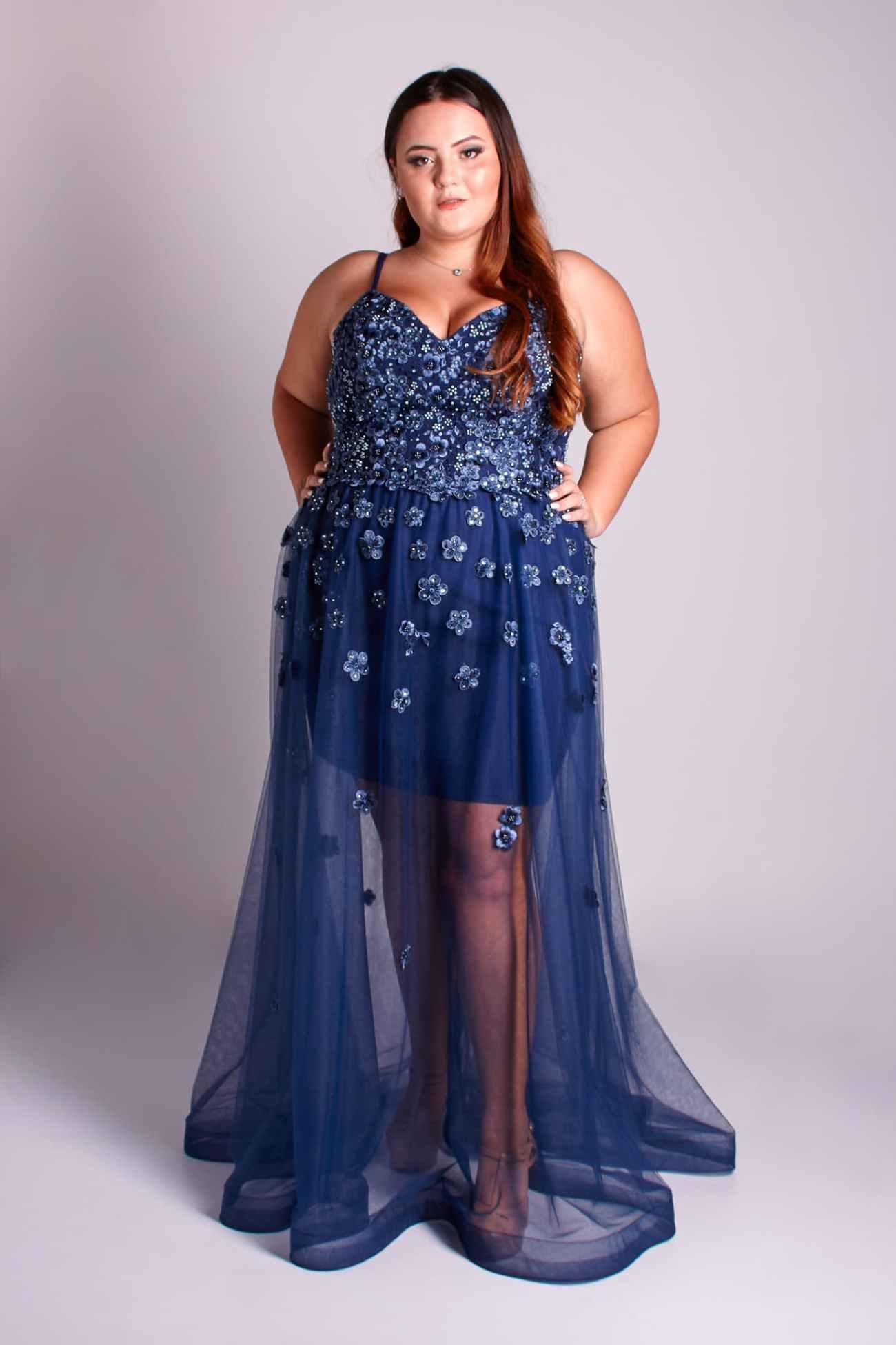 147 - Vestido azul marinho feito em renda floral com sobressaia de tule