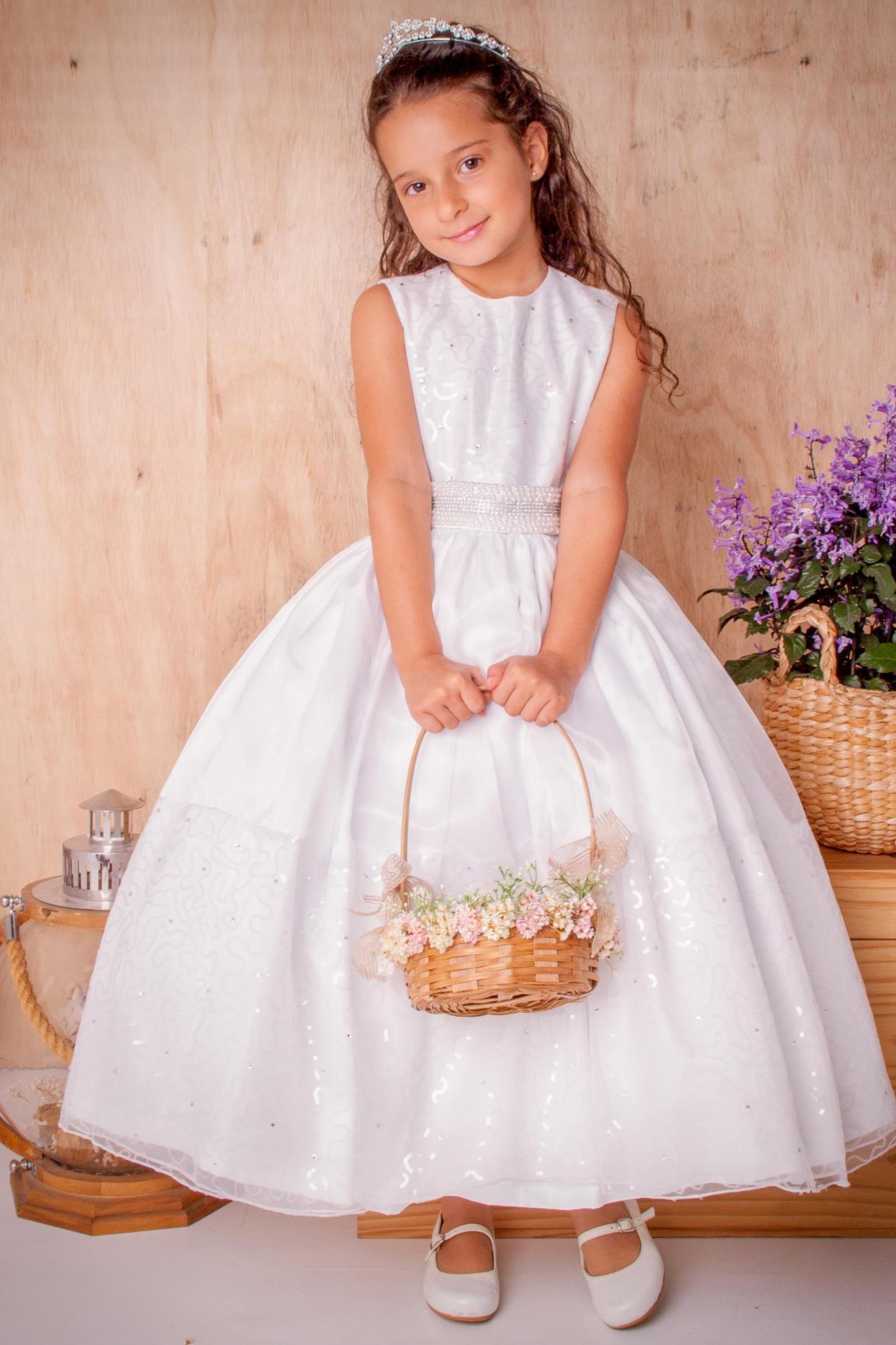 33 - Vestido de daminha com mini paetês e cinto bordado em pedraria