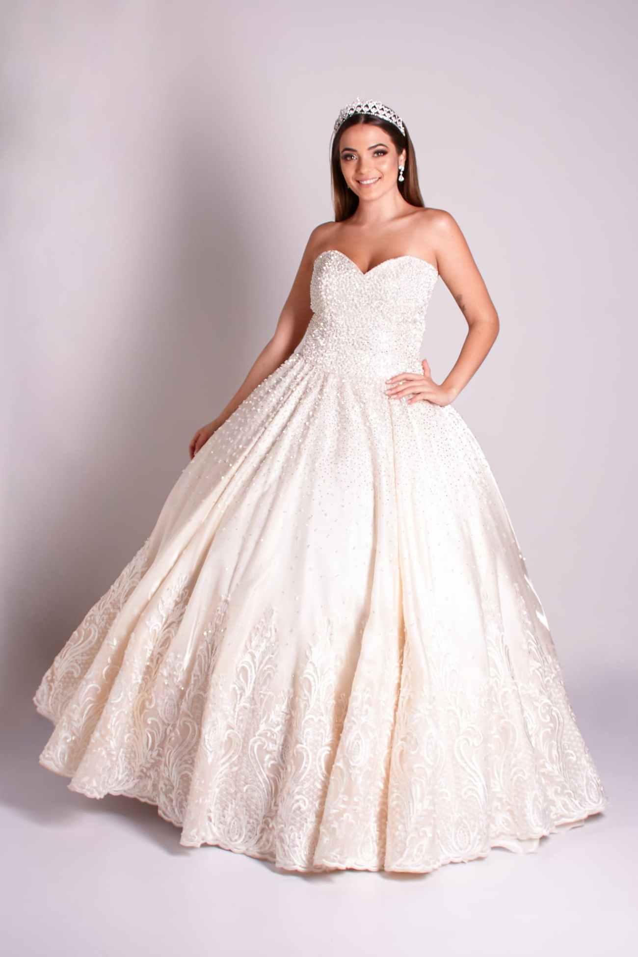 4 - Vestido de valsa offwhite bordado em cristais com barrado de renda