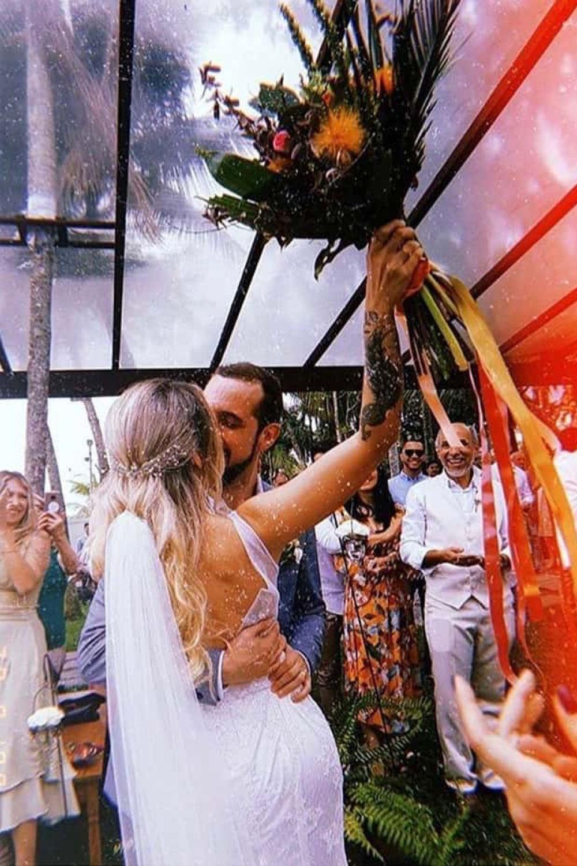 2 - Vestido de noiva estilo boho de renda e decote nas costas