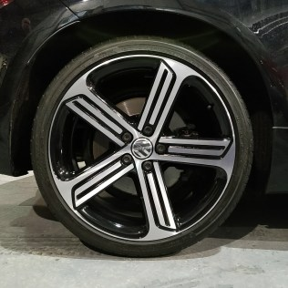 Picture of a diamond cut alloy wheel fitted to an Volkswagen