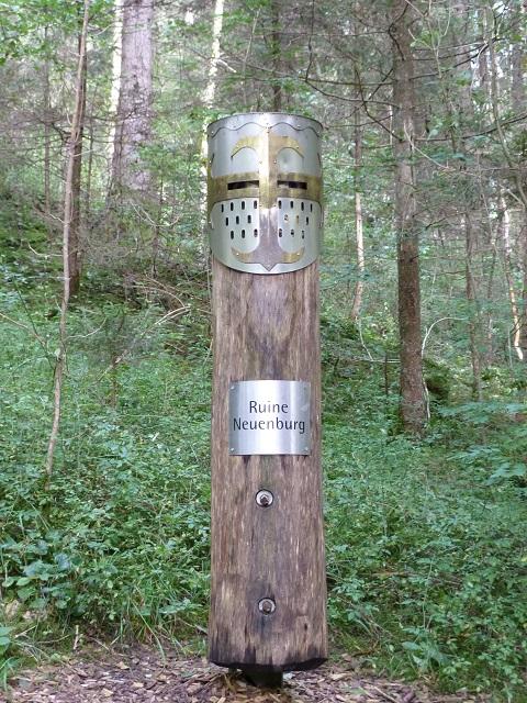 Wegweiser zur Burgruine Neuenburg am Durachtobel