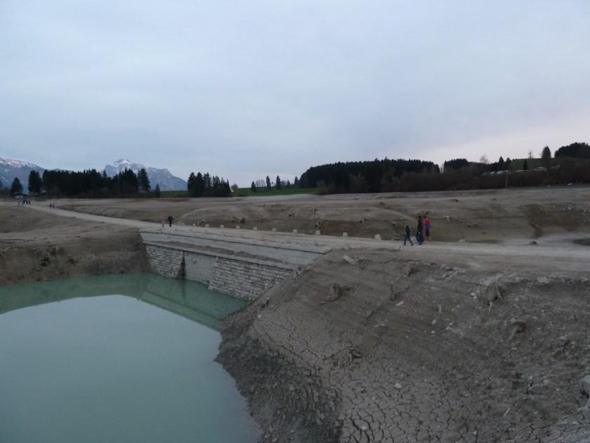 Forggensee ohne Wasser an der alten Tiefentalbrücke