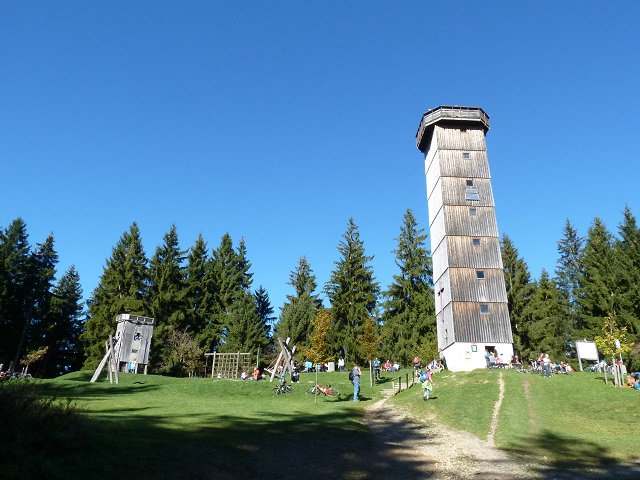 Aussichtsturm auf dem Schwarzen Grat in der Adelegg im Sommer