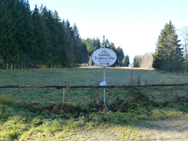 Wegweiser zur Bergmang-Alpe am Parkplatz Krottenbichl