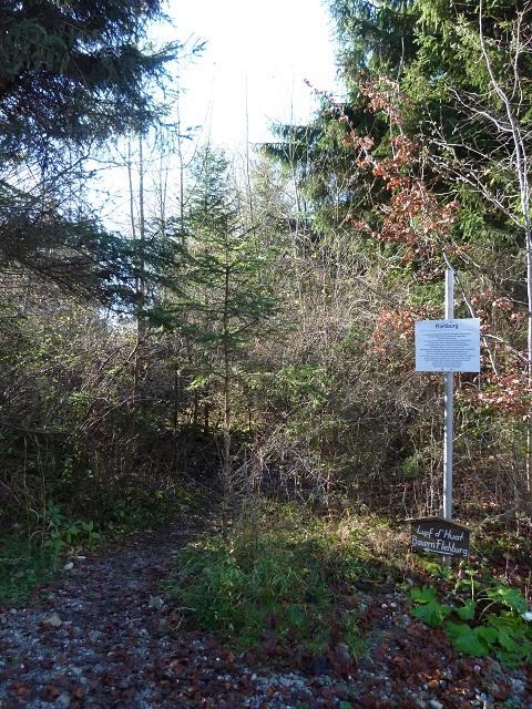 Hinweisschild und Infotafel zur Fliehburg am Mangberg