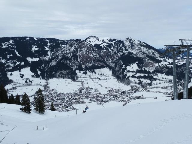 Blick auf das winterliche Bad Hindelang von der Bergstation der Hornbahn aus