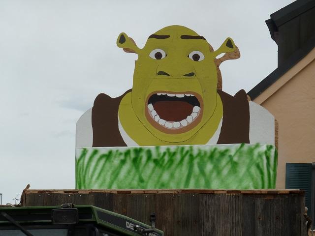 Shrek auf einem Faschingswagen
