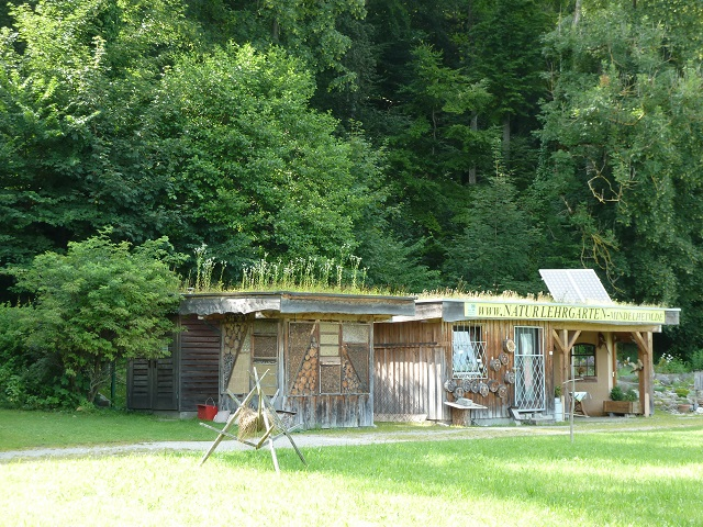 Naturlehrgarten Hütte mit Insektenhotel