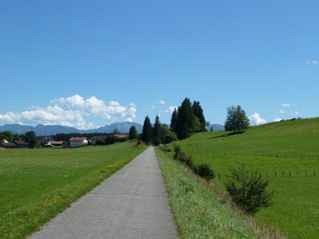 Radweg mit Bergpanorama