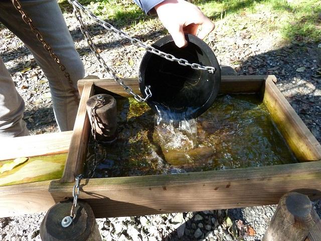 Wasserschöpfen am Wasserrad am Kinder-Erlebnisweg Abenteuer Galetschbach