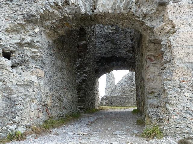 Durchgang zum Innenhof der Burg Hohenfreyberg