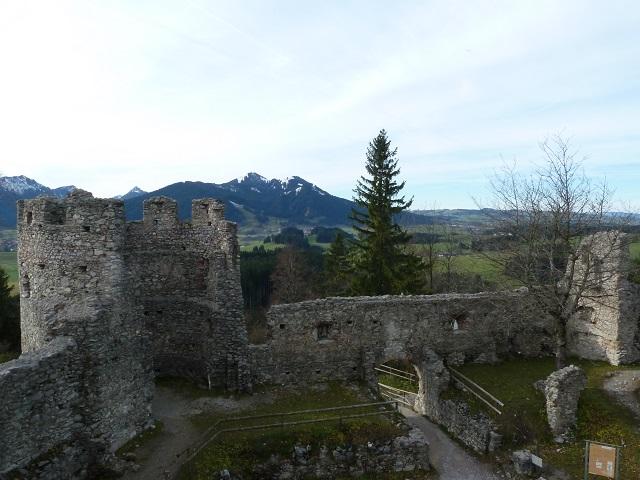 Die Vorburg der Burgruine Hohenfreyberg bei Pfronten im Allgäu