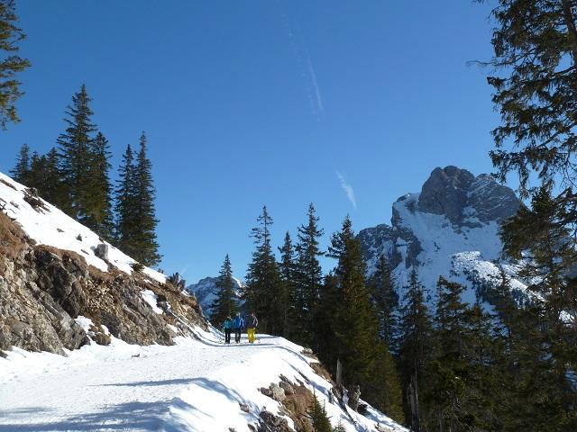 Aufstieg auf den Breitenberg im Winter mit Blick auf den Gipfel des Aggenstein