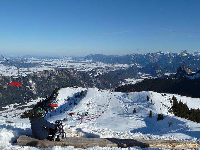Blick auf die Skipiste am Breitenberg und in die Ferne