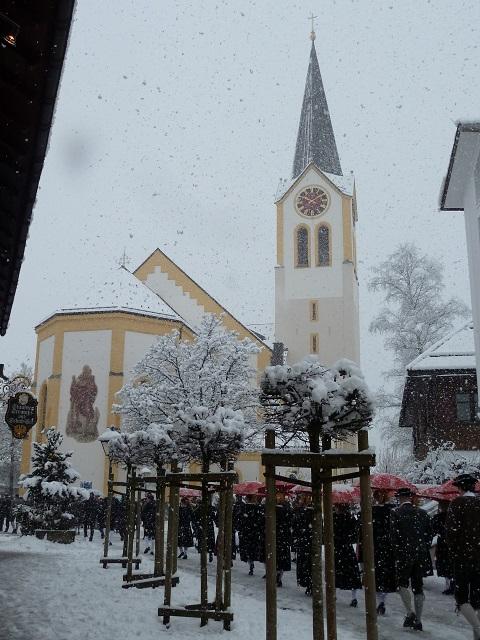 Staufner Fasnatzieszug zur Kirche