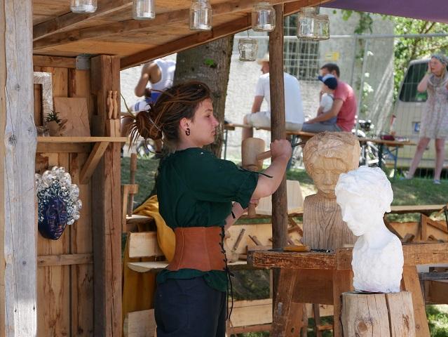 Holzbildhauerin bei der Arbeit auf dem Mittelaltermarkt Unterthingau 2017