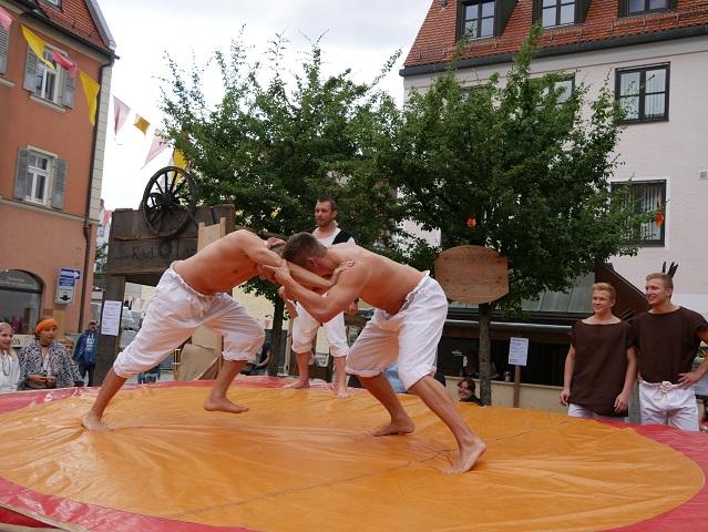 Schaukampf der Ringer am Hafenmarkt in Kaufbeuren beim Lagerleben auf dem Tänzelfest