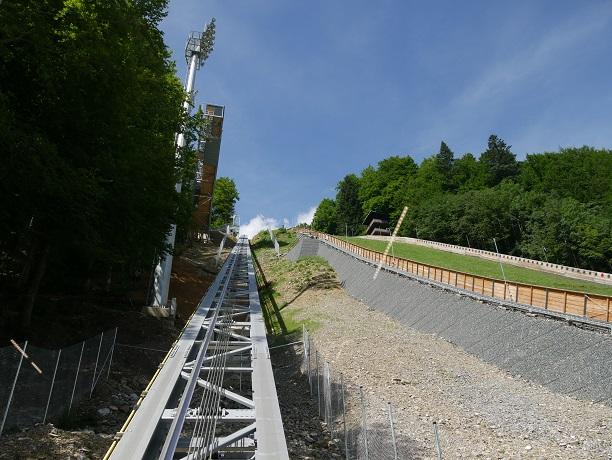 Auffahrt zum Schanzenturm der Heini-Klopfer-Schanze mit dem Schrägaufzug