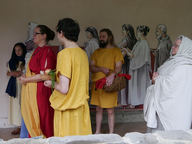 """Römer"" in antiker Gewandung auf dem Weg in den Tempelbezirk im APC Kempten"
