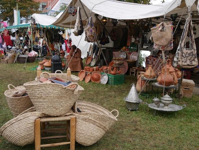 Töpferwaren und Körbe auf dem Mittelaltermarkt