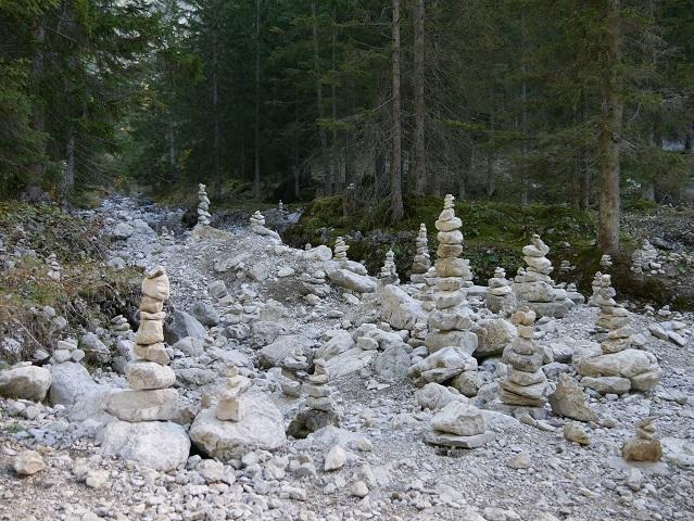 Steinmännchen im Bachbett am Erlebnisweg Uff d'r Alp
