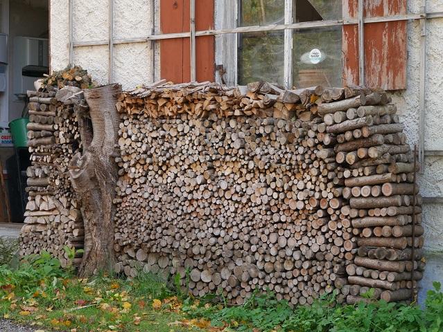 ungewöhnlicher Holzstapel vor einer Hütte