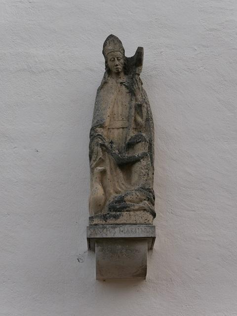 Skulptur des Heiligen Martin an der Außenwand der Pfarrkirche St. Martin in Obergünzburg
