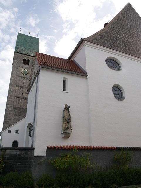 Rückseite der Pfarrkirche St. Martin in Obergünzburg mit Figur des Heiligen Martin