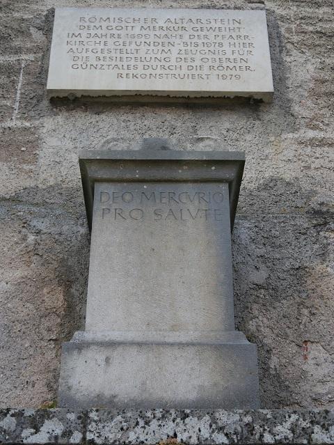 Altarstein des Gottes Merkur an der Ostseite der Pfarrkirche St. Martin in Obergünzburg