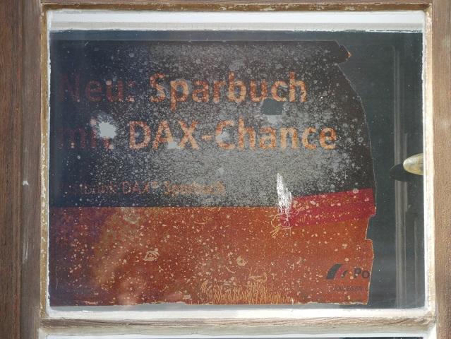 altes Werbeschild im Fenster der früheren Post in Obergünzburg