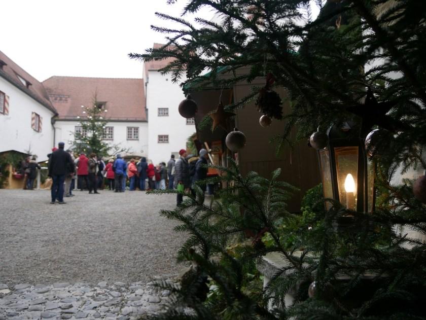 Romantischer Weihnachtsmarkt Schloss Kronburg 2017 - Blick in den weihnachtlich geschmückten Schlosshof