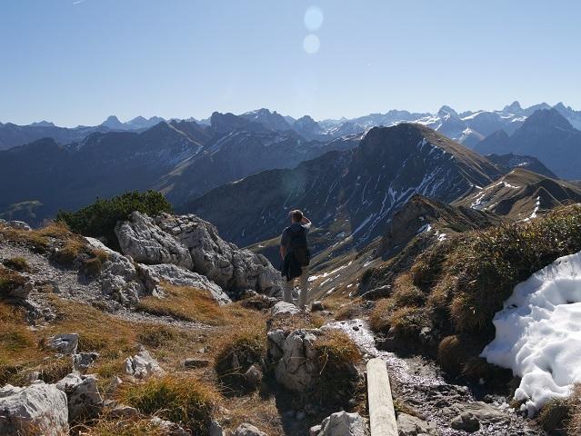 Wanderer am Nebelhorn mit Blick auf die Gipfel der Allgäuer Hochalpen