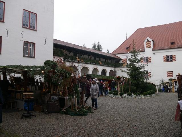 Weihnachtsmarkt Schloss Kronburg - Blick über den Schlosshof Richtung Eingang