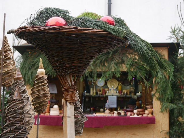 Weihnachtsmarkt Schloss Kronburg - Dekoration im Schlosshof