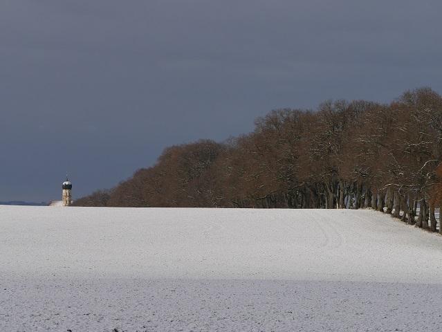 Kurfürstenallee Marktoberdorf mit Kirchturm St Martin im Schnee